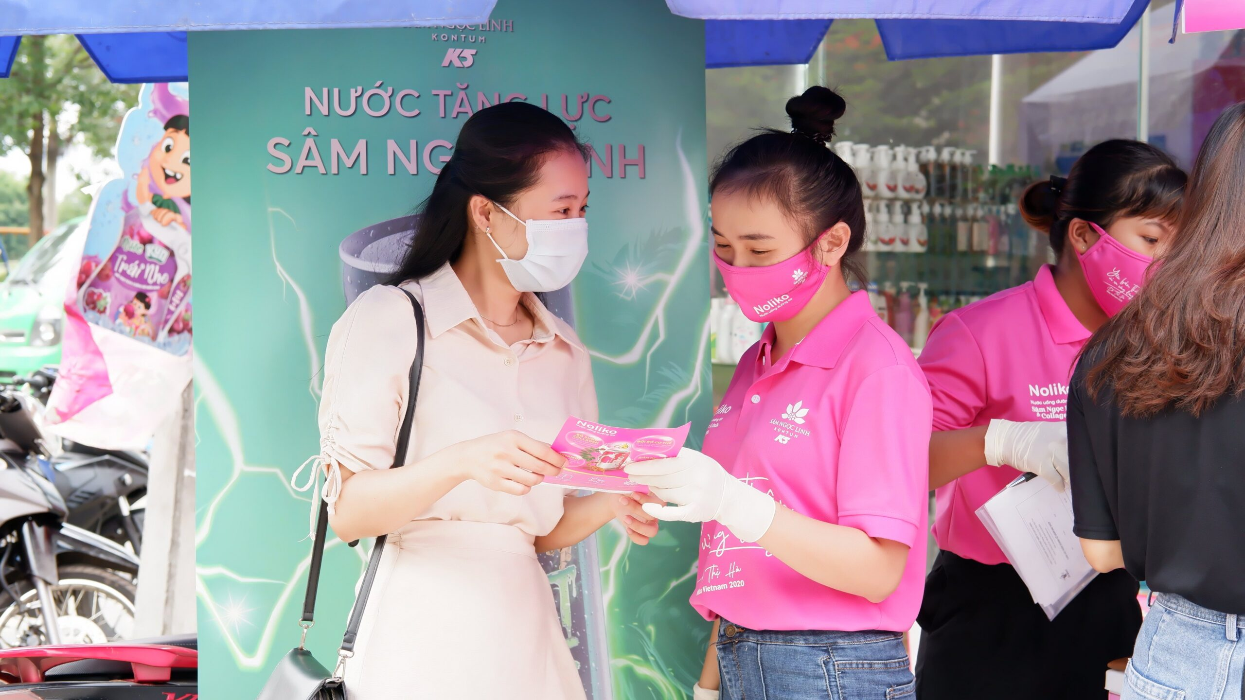 Khách hàng đang tìm hiểu về sản phẩm mới của Sâm Ngọc Linh Kon Tum K5
