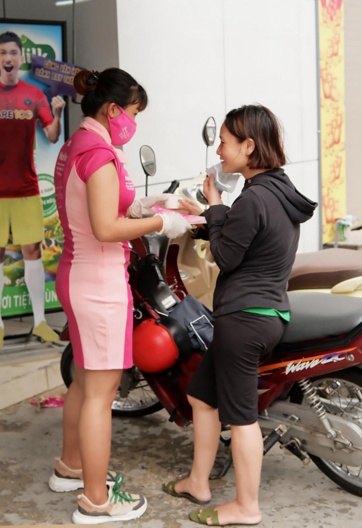 Khách hàng đang trải nghiệm sản phẩm mới Sâm Ngọc Linh Kon Tum K5